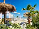 Villa Alwin Beach Resort: met de voeten in het zand of op het terras, verschillende zitjes aan zee.