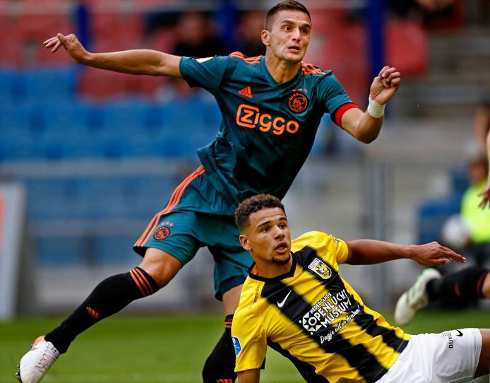 Dusan Tadic kijkt zijn kanonskogel na die de 2-2 betekende tijdens de eerdere ontmoeting tussen Vitesse en Ajax