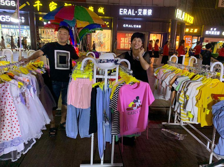 Straatverkoper Ji Ping met kleding in Shanghai, China Beeld Eefje Rammeloo