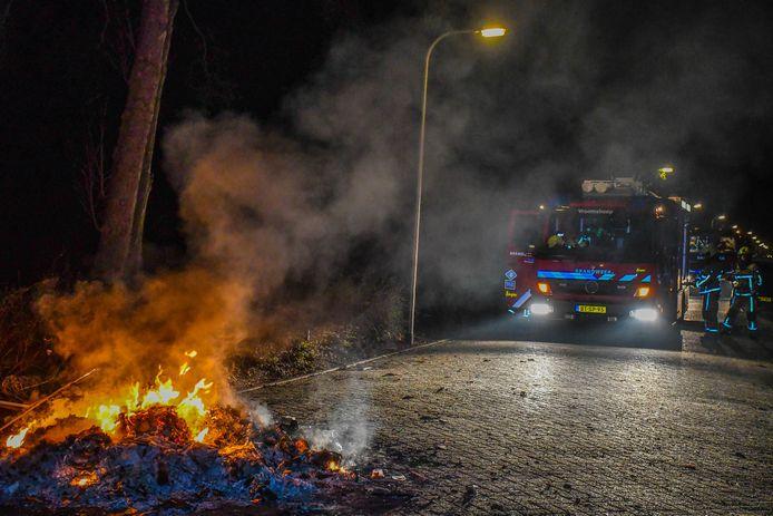 Rook en stank door brandend afval. De brandweer bluste het vuur.