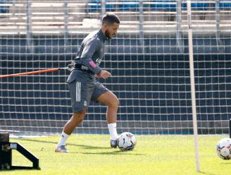 Eden Hazard traint voorzichtig met de bal