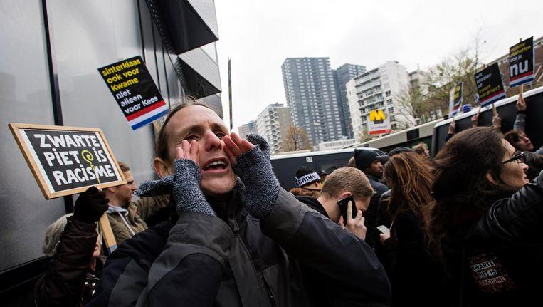 Tientallen arrestanten worden afgevoerd door de politie na een demonstratie tegen zwarte piet bij de intocht in Rotterdam. Beeld anp