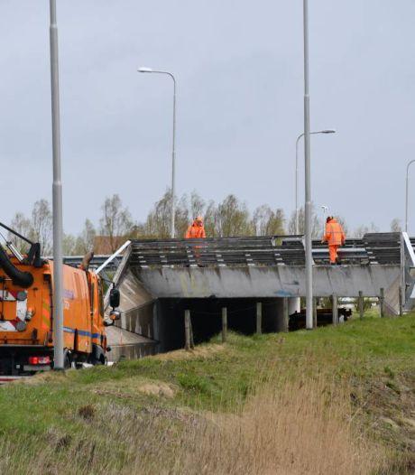 Vrachtauto rijdt met containerbak omhoog tegen viaduct bij Middelburg