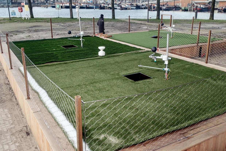 Sensoren in bakken met gras meten wat de luchtvochtigheid is, hoeveel water verdampt en wat  de temperatuur doet bij 'zoolcontact'. Beeld Jakob Van Vliet