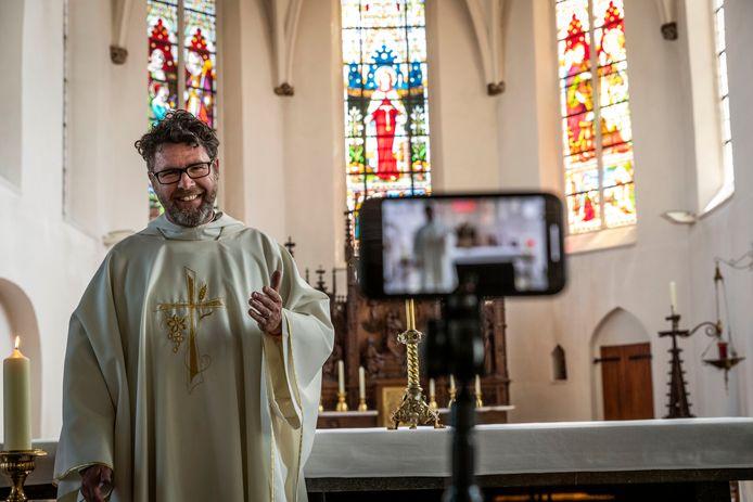Tijdens de coronacrisis streamde pastoor Robert van Aken zijn diensten.