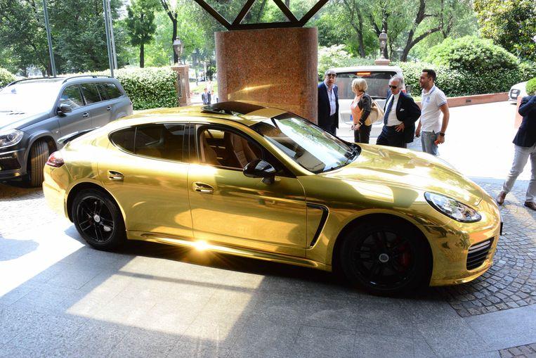 De gouden Porsche van Pierre-Emerick Aubameyang, spits bij Arsenal. Beeld Photo News