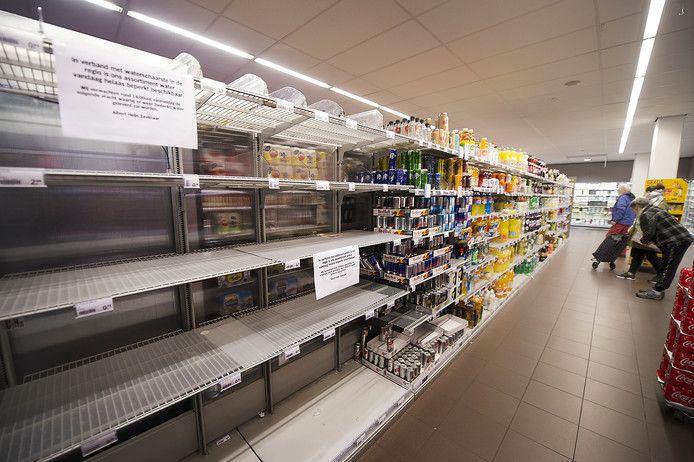 Als gevolg van de waterstoring raakten de schappen met water in de supermarkten leeg, zoals hier in Duiven.