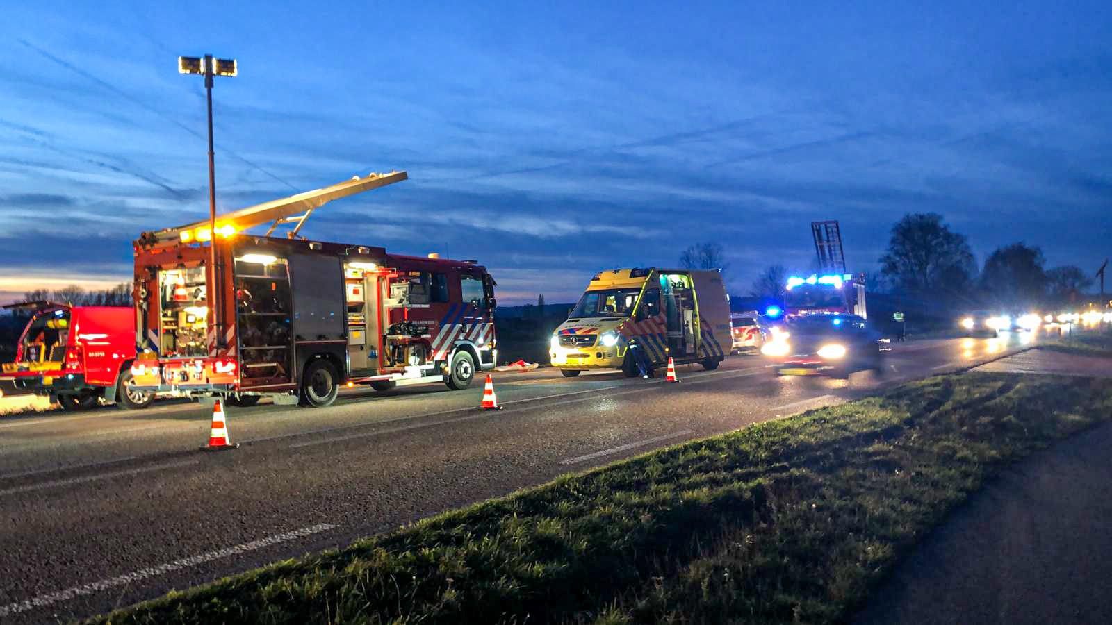 Hulpdiensten op de N317 na de ernstige aanrijding.