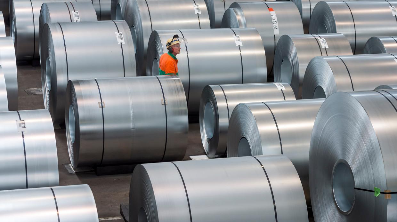 Rollen staal worden van een laag zink voorzien in Dompelverzinklijn 3 van staalbedrijf Tata Steel in Velsen-Noord. Beeld Lex van Lieshout / ANP