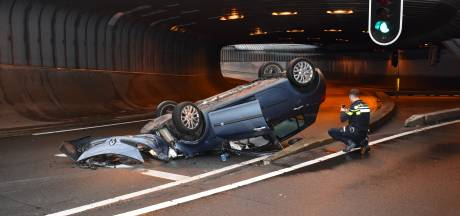 Alweer auto over de kop in Willemstunnel in Arnhem