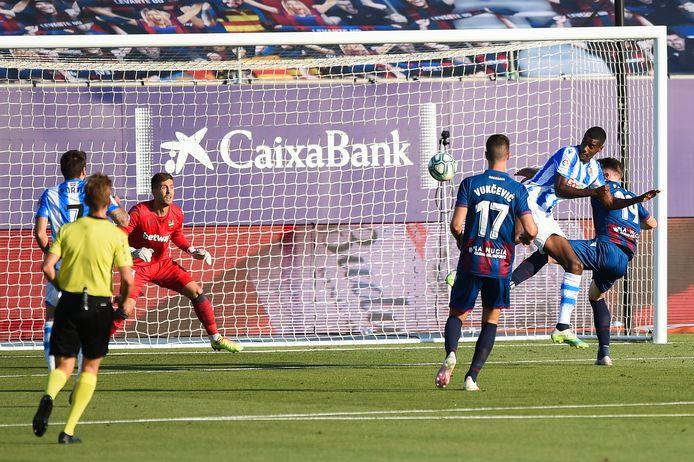 Alexander Isak zet Real Sociedad op voorsprong.