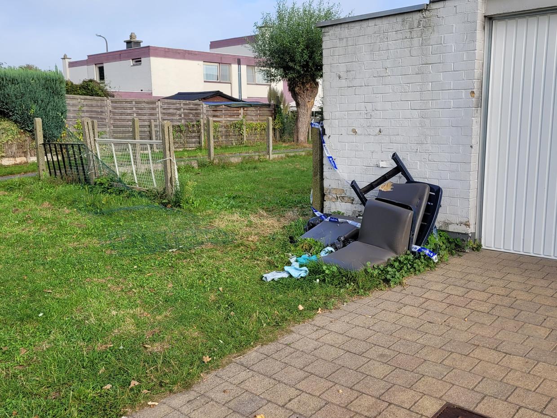 Een politielint en oude tuinmeubelen liggen voor de woning van Jordy D. Hier kwam het vrijdagavond tot een gewelddadig incident waarbij een vijftienjarige uit Brugge omkwam. Beeld Bart Boterman
