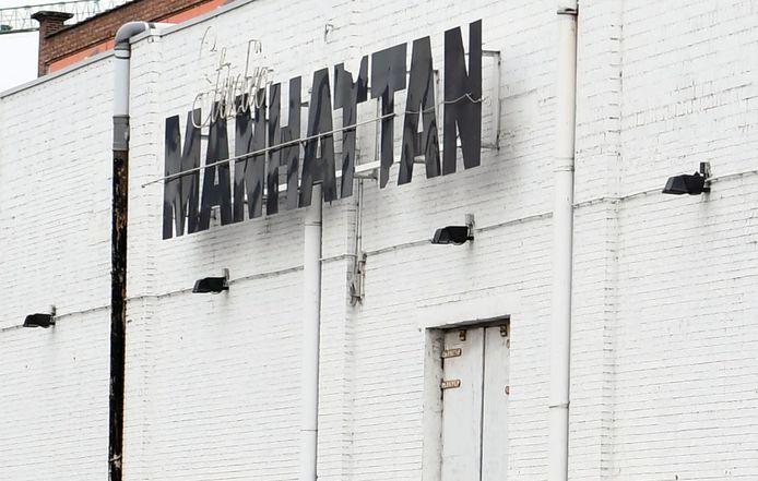 Manhattan in Leuven is heel lang geen discotheek meer. Na de glorieperiode werd het de thuisbasis van Tien Om Te Zien en ondertussen vonden de opnames voor Thuis er onderdak.