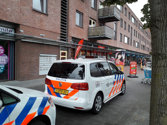 Politie ter plaatse na een overval op de Kruidvat in Apeldoorn.