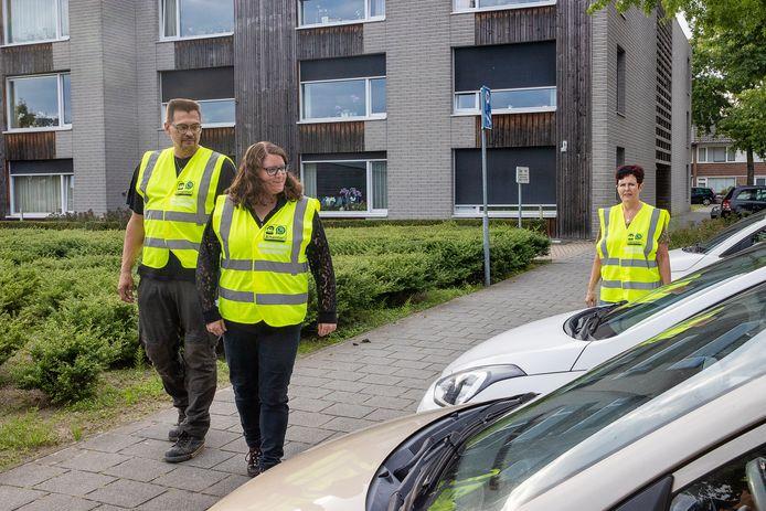 Het buurtpreventieteam maakt een rondje door de wijk. Op de foto van links naar rechts Patrick Wolter, Nathalie de Kleijn-Gerritse en Anja Rutjes.