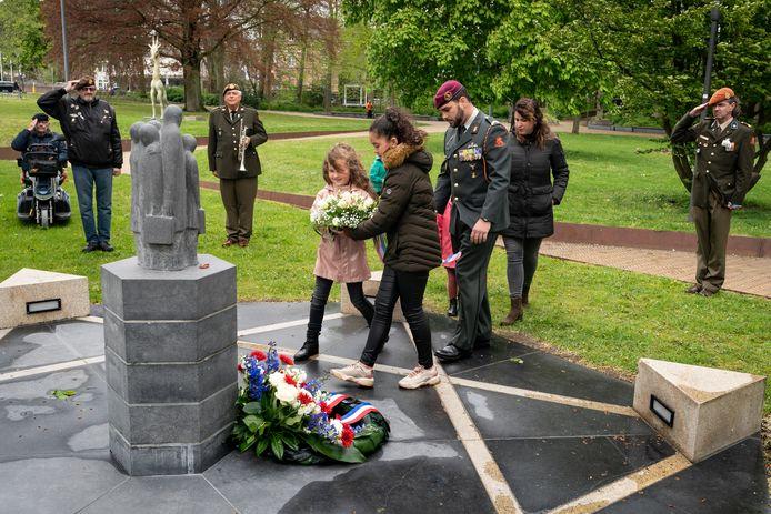 Familie Van de Grint legt een krans bij het Joodse scholieren-monument in Den Bosch.