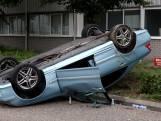 Auto belandt door botsing op dak in Boxtel, bestuurder naar ziekenhuis gebracht