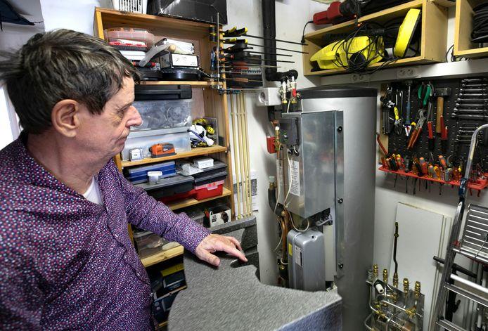 Martin van Hees bij de boiler van zijn geheel elektrische verwarming via een luchtwarmtepomp.