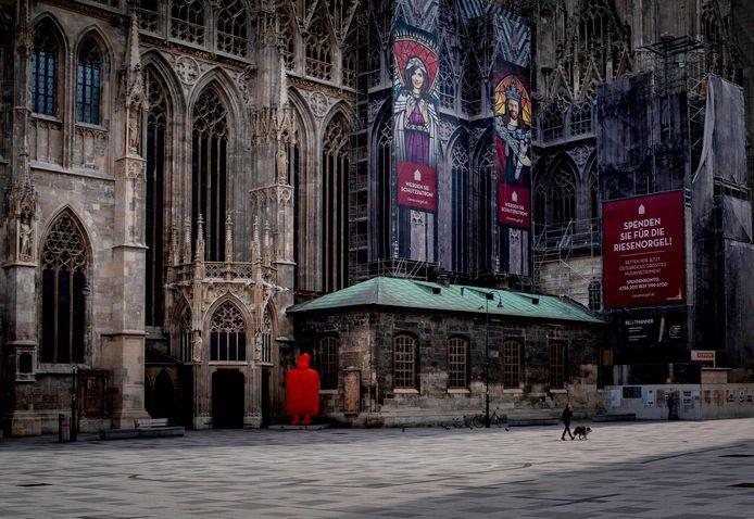 De Stephansdom in een desolaat Wenen. De kathedraal was in pre-coronatijden een van de belangrijkste toeristische trekpleisters van de Oostenrijkse hoofdstad.
