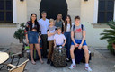 Angus met zijn vrouw Sophie en hun drie kinderen voor de deur van de villa in Mallorca.