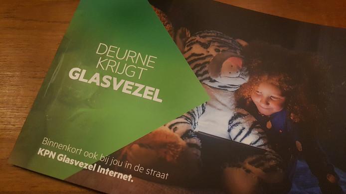 De informatiefolder van KPN met de aankondiging dat het bedrijf glasvezel gaat aanleggen in Deurne.
