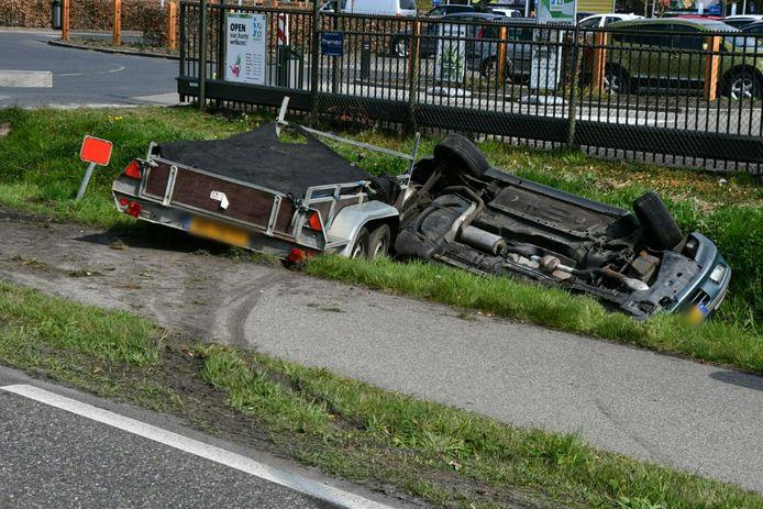 De aanhanger schoot voorbij de auto, waarna de auto over de kop in de sloot terecht kwam.