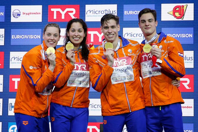 Nyls Korstanje (rechts) wint goud op de EK kortebaan bij de 4x50 meter vrije slag, samen met Femke Heemskerk, Ranomi Kromowidjojo en Kyle Stolk.