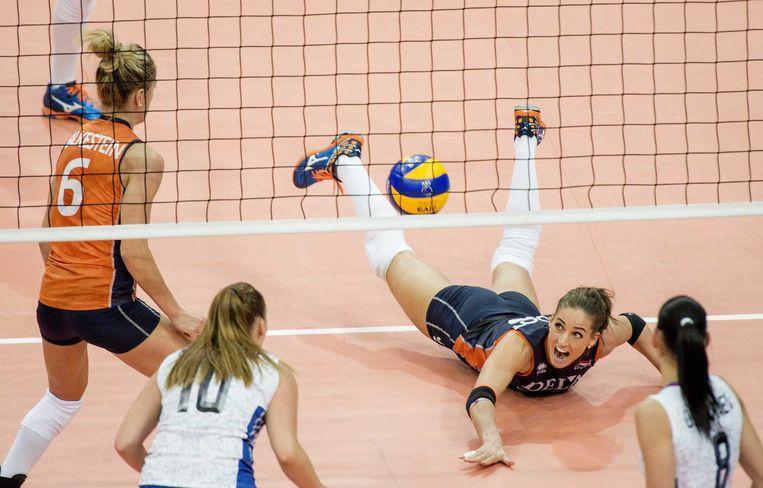 Myrthe Schoot van Nederland in actie tegen Rusland tijdens finale van het EK volleybal voor vrouwen. Beeld ANP