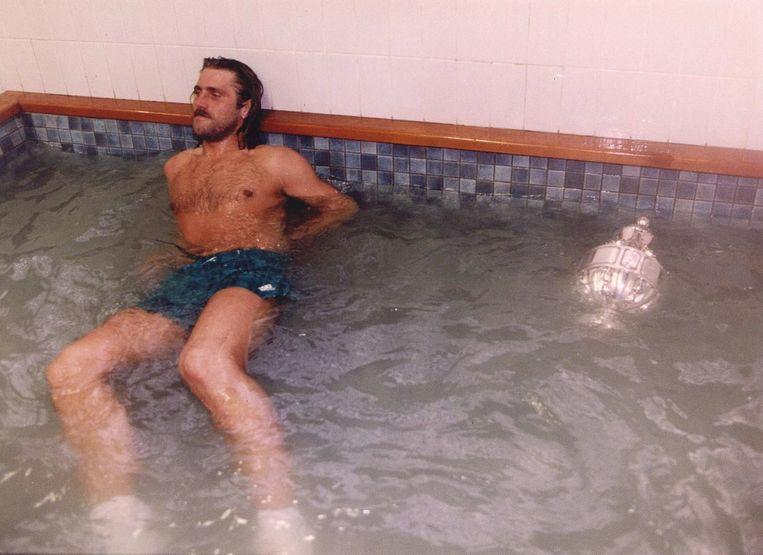 1994: Feyenoorder De Wolf ligt gesloopt in het zwembad na het winnen van de Bekerfinale tegen NEC (2-1), de beker drijft naast hem. Beeld ANP