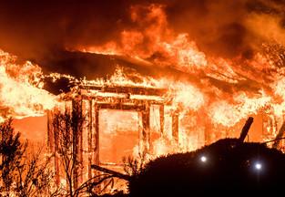 fotoreeks over Californië vecht tegen vuurzee: 17 doden, 20.000 mensen op de vlucht en 2.000 gebouwen verwoest