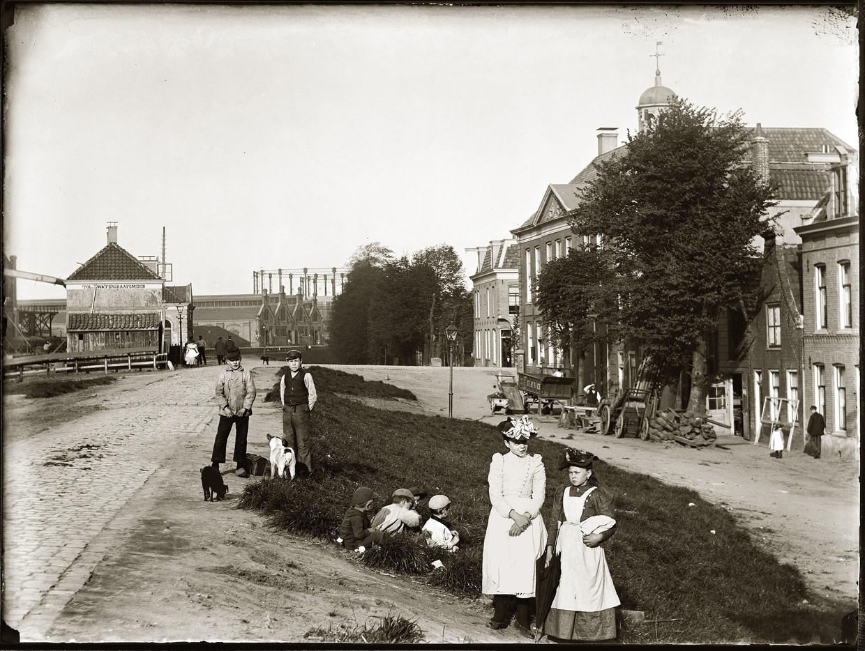 De Ringdijk in 1894. Rechts achter de bomen het Rechthuis (nu Middenweg 1) en op de achtergrond de Oostergasfabriek aan de Oranje Vrijstaatkade. Beeld Stadsarchief / Jacob Olie