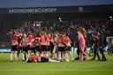 PSV viert de gewonnen beker.