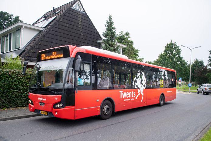Een nagenoeg lege bus rijdt door de Windmolenbroek in Almelo. Zonde, vindt buurtbewoner Peter Tuinman, die hierover al meermaals, tevergeefs, aan de bel trok.