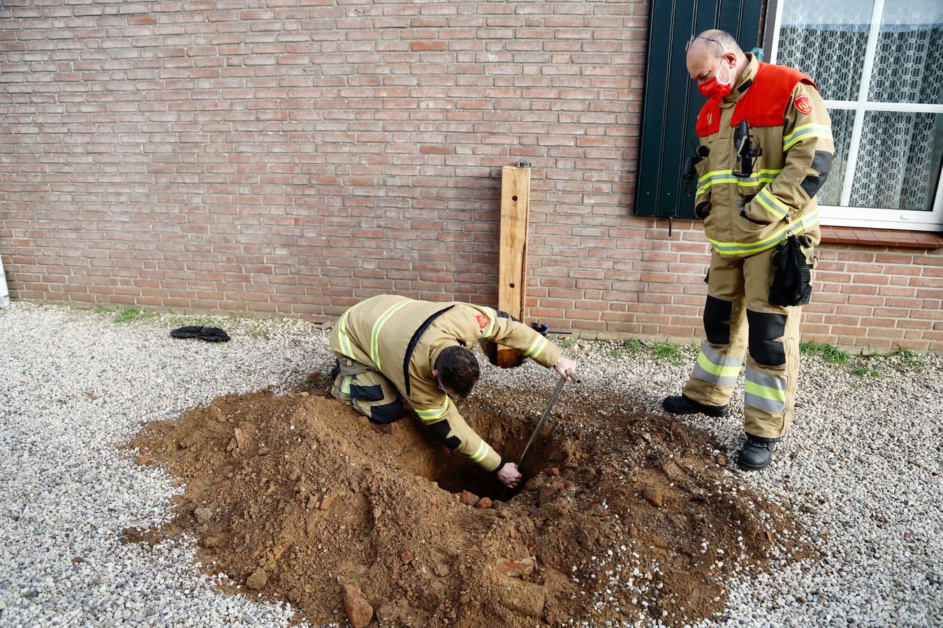 De brandweer kon het gaslek met een spie tijdelijk dichten in Oeffelt.