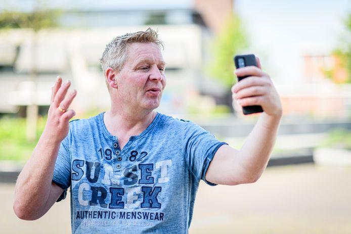 Jan Wolters uit Westerhaar maakt furore zijn vrolijke en opvallende video's.