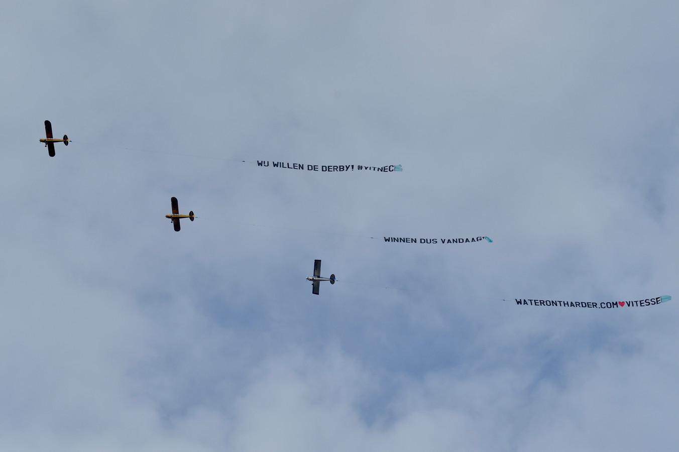 Deze vliegtuigen vlogen vanmiddag over Arnhem, Nijmegen en Almelo. 'Wij willen de derby! #VITNEC - Winnen dus vandaag!'.