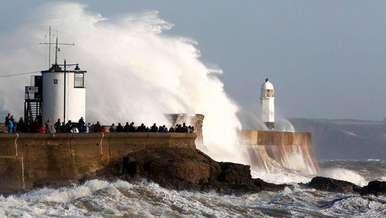 Enorme golven beuken op de kust als storm Ophelia aan land komt in Porthcawl, Zuid-Wales. Beeld afp