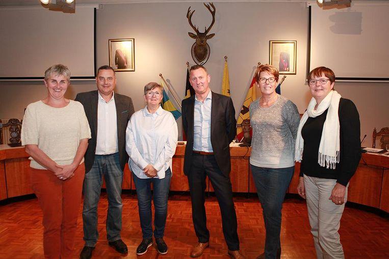 Schepenen Trui Lambrecht, Jan Rosseel en Katrien Vandecasteele met burgemeester Kurt Windels en schepenen Nadine Verheye en Martine Verhamme.
