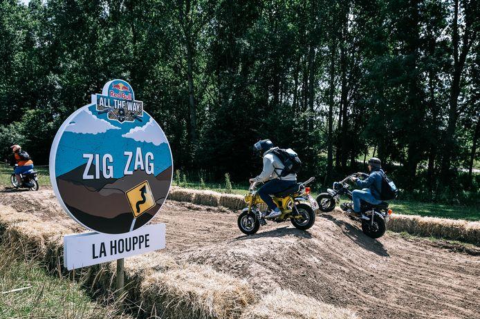 De deelnemers moeten tijdens de 'zig zag'-uitdaging om ter snelst een off-roadparcours afleggen.