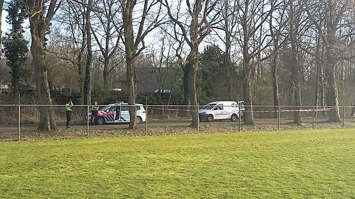 Politie op De Gaarde, nadat de man uit Oosterhout in maart 2017 geboeid in het busje is aangetroffen.