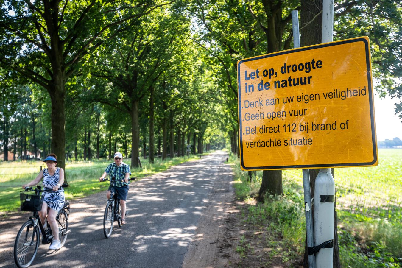 Om bezoekers bewust te maken van het brandgevaar staan er waarschuwingsborden langs de weg net buiten Deurne.