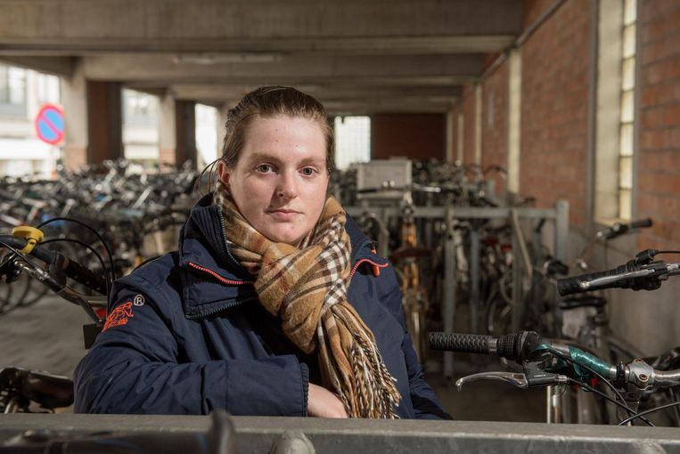 Sharina De Blander op de plaats waar haar fiets verdween.