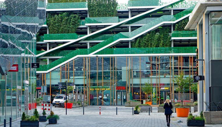 De parkeergarage van kunst- en theatercomplex De Kom, waarin licht en geluid de weg wijzen.  Beeld Johan Nebbeling