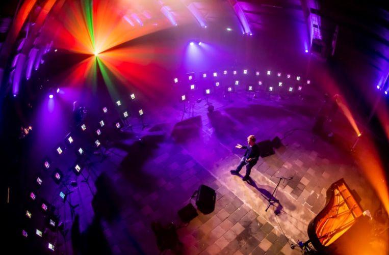 Het Nederlandse platform Ruimte om te Raken houdt live talks waarbij het publiek via speciale iPads over het hele podium aanwezig is. Beeld RV