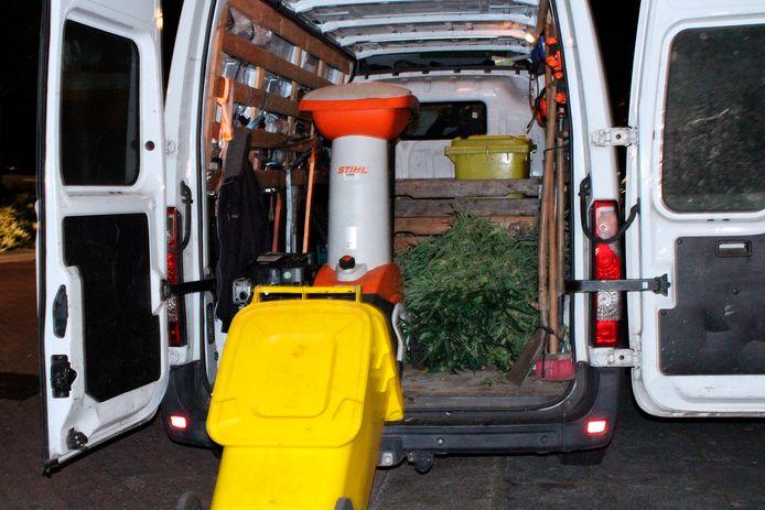 In een busje dat bij de actie aanwezig was, werd een berg wietplanten geladen.
