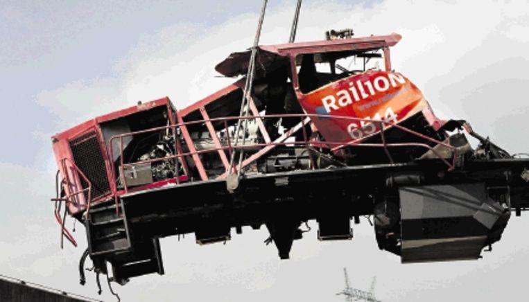 Een van de locomotieven die vorige week betrokken waren bij de botsing in Barendrecht. (FOTO DIRK HOL, WFA) Beeld WFA DIRK HOL