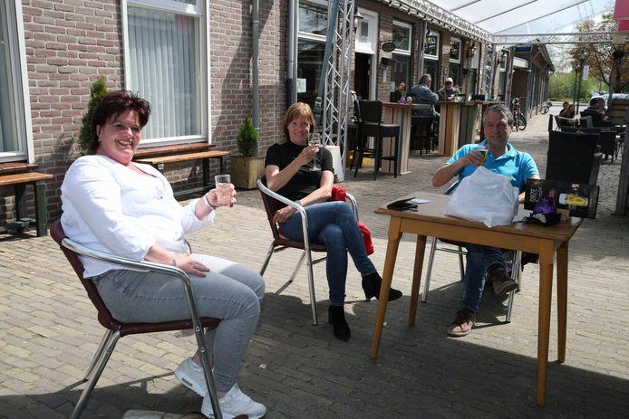 Proosten op een terras in Beek en Donk.