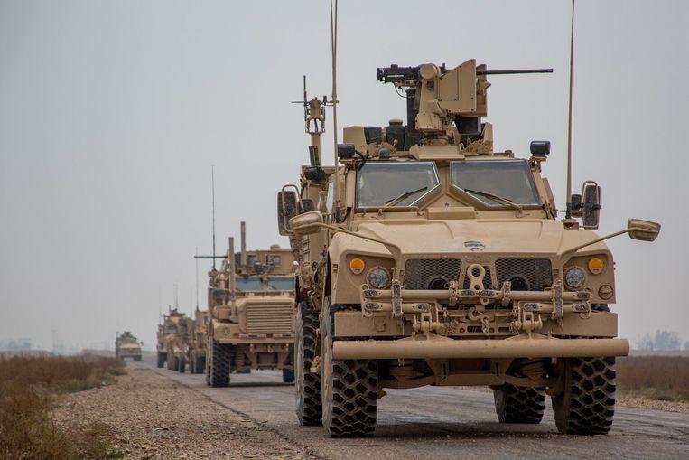 Een konvooi van de internationale coalitie in Syrië, geleid door de Verenigde Staten. Twee Britse 'special forces' zijn gisterenavond gewond geraakt bij een raketaanval door terreurgroep IS in Syrië.