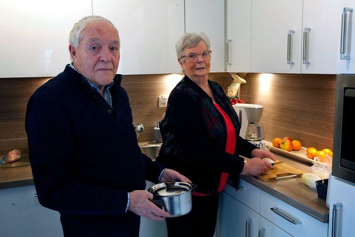 Joop (84) en Annie (83) van der Veen samen in de keuken van hun 55-plus woning in Schoonrewoerd.