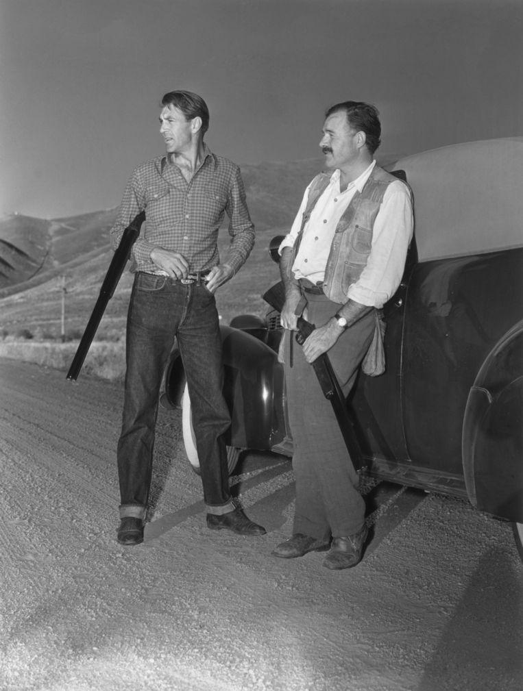 Hemingway (rechts) op eendenjacht met Gary Cooper in Sun Valley, in 1939. Beeld Getty